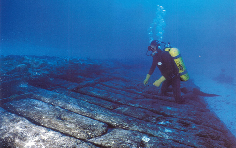 Surveying work on the hull of the Griffin wreck. The remarkable state of preservation can be atrributed to the fact that the vessel sank rapidly into the sand after the shipwreck.