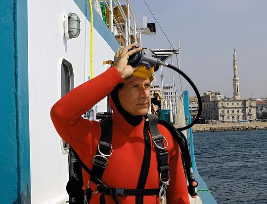 Franck Goddio 在为亚历山大港东港的一次潜水做准备。